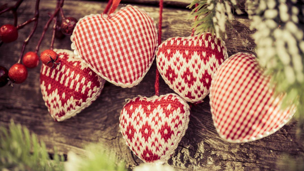 A jeżeli wolisz przytulną atmosferę świąt to zrezygnuj ze szklanych bombek i postaw na materiał (Fot. Shutterstock)