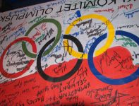 Polska flaga z podpisami wszystkich olimpijczyków na IO w Londynie (fot. archiwum Józefa Baściuka)