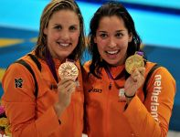 Ranomi Kromowidjojo pobiła rekord olimpijski w wyścigu na 50 metrów stylem dowolnym, M. Veldhuis zdobyła brąz (fot. PAP/EPA)