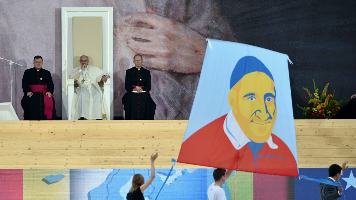Młodzież przygotowała część artystyczną, której papież przyglądał się z zainteresowaniem (fot. TVP)