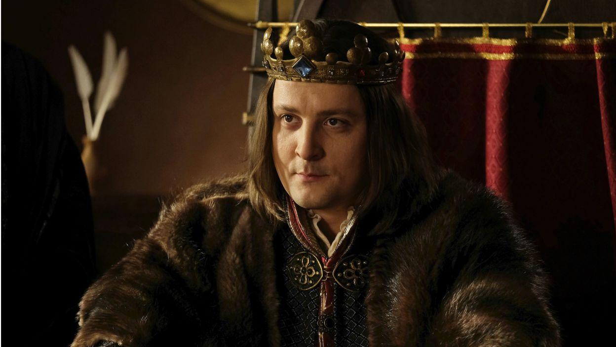 Kazimierz leży umierający. Ludwik chcąc jak najszybciej objąć władzę, planuje ogłosić się królem dwóch królestw (fot. TVP)