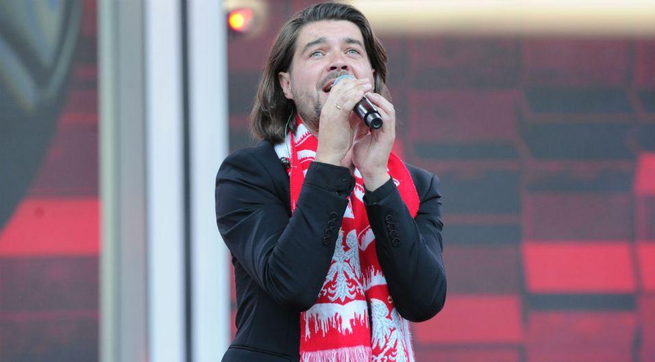 Lider zespołu na scenie amfiteatru czuje się znakomicie (fot. TVP)