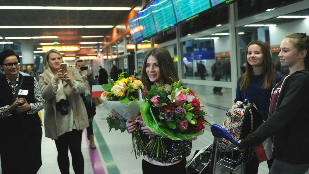 Dzień później na lotnisku Chopina w Warszawie artystkę przywitał tłum fanów i reporterów (fot. N. Młudzik/TVP)