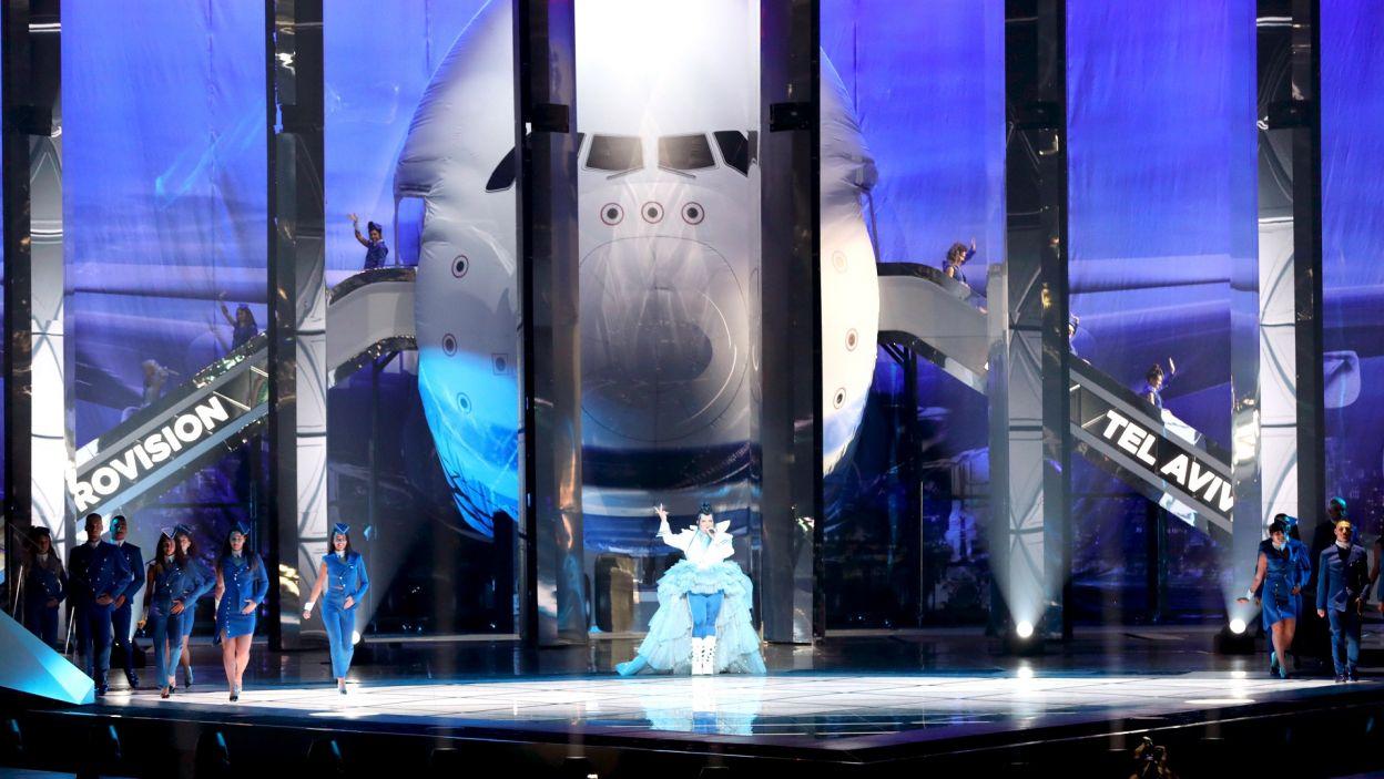 """Eurowizyjna scena niczym droga startowa dla samolotów? Finaliści 64. Konkursu Piosenki Eurowizji 2019 przylecieli specjalnym """"samolotem"""", za którego sterami znalazła się Netta (fot. Andres Putting/EBU)"""