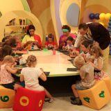 Razem z dziećmi prowadzący program malują, rysują i kleją (fot. TVP)