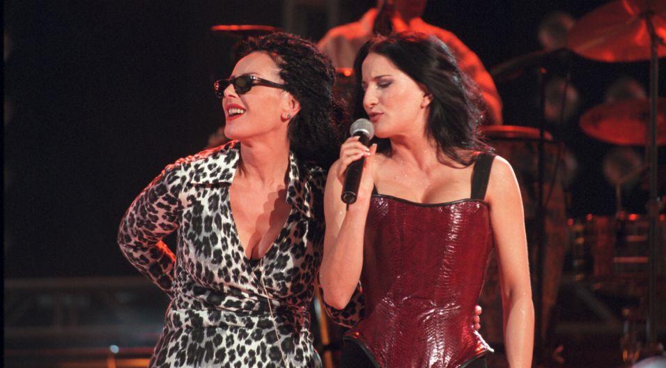 Kora podczas koncertu z okazji 25-lecia zespołu Maanam. Obok piosenkarki gościnnie wystąpiła Justyna Steczkowska (fot.TVP)