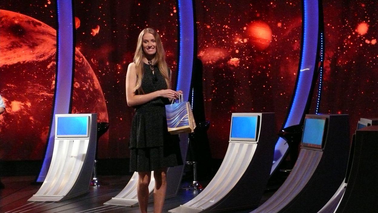 Pani Sylwia czeka na uroczystą chwilę wręczenia nagród finalistom