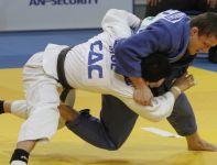 Krzysztof Wiłkomirski (niebieski) walczy z Khashbaatarem (fot.PAP)