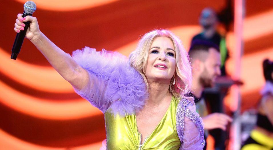 """Piosenkarka na scenie pojawiła się w pięknej kolorowej kreacji i wykonała piosenki: """"Najpiękniejsza w klasie"""", """"A ja wolę moją mamę"""" oraz... (fot. TVP/Jan Bogacz)"""