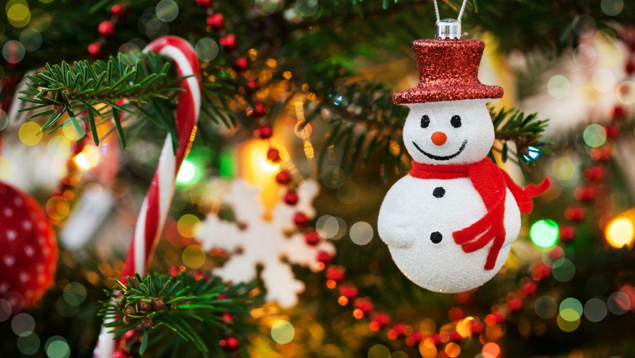 Zimowy bałwanek to obowiązkowa bombka, jaką należy zawiesić na gałęzi (Fot. Shutterstock)