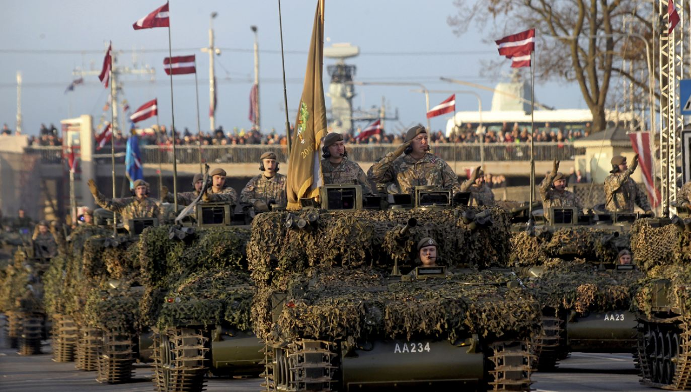 Defilada – z udziałem również polskich żołnierzy – będzie najbardziej widowiskowym akcentem obchodów (fot. PAP/EPA/Toms Kalnins)