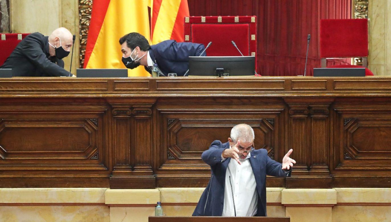 Burzliwa dyskusja w trakcie nadzwyczajnego posiedzenia katalońskiego parlamentu 07.08.20 (fot. Joan Valls/Urbanandsport/NurPhoto via Getty Images)
