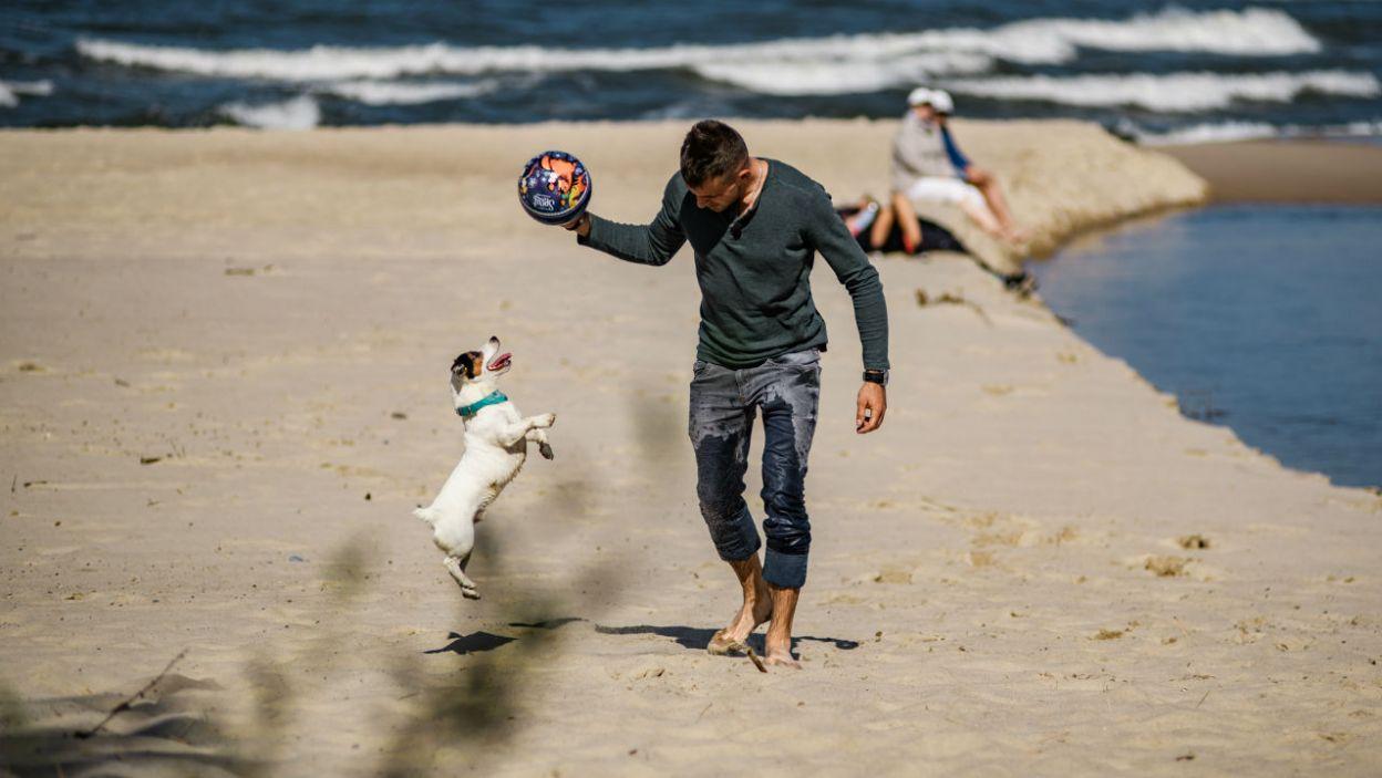 Adrian uwielbia psa Ilony. Cóż – z wzajemnością! (fot. TVP)