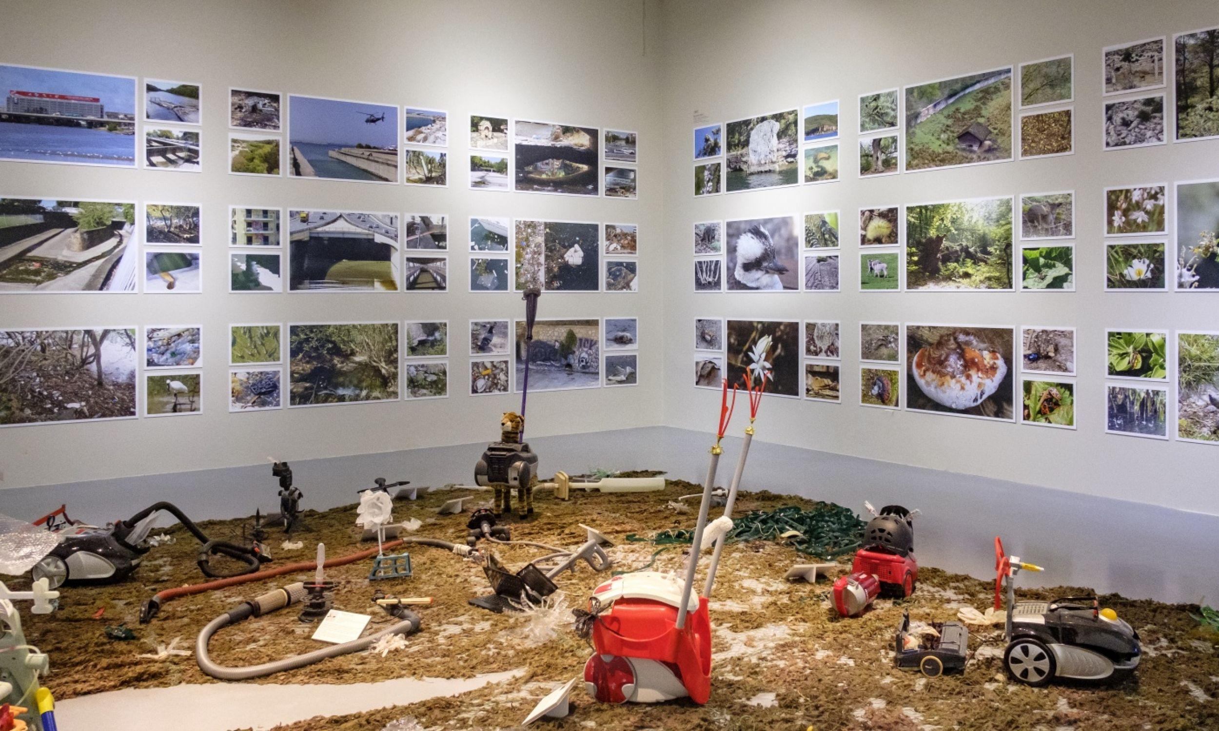 """Widok wystawy """"Bezludzka Ziemia"""" w ramach projektu Plastyczność planety. Fot. Bartosz Górka/U-jazdowski"""