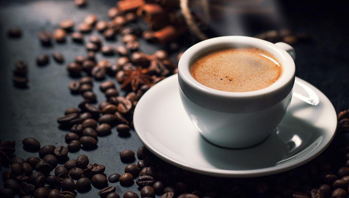 Więcej niż sześć filiżanek kawy dziennie znacząco zwiększa ryzyko choroby wieńcowej (fot. Shutterstock/Valeria Aksakova)