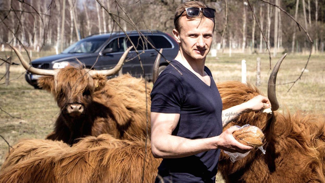 38-letni Paweł z Dolnego Śląska ma pokaźne stado krów szkockich, a w wolnym czasie biega maratony. Wybranka potrenuje razem z nim?(fot. TVP)