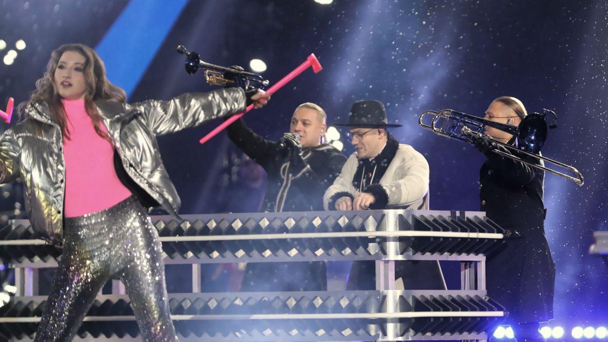 Gdy na scenie pojawili się Gromee i bracia Golcowie w ruch poszły różowe ciupagi (fot. PAP/Grzegorz Momot)