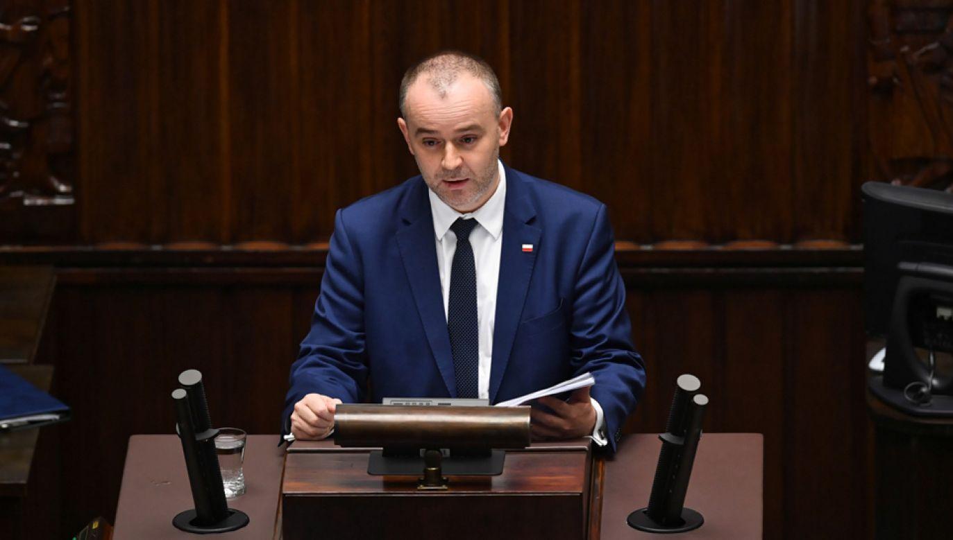 Zastępca szefa KPRP Paweł Mucha na sali plenarnej Sejmu (fot. PAP/Radek Pietruszka)