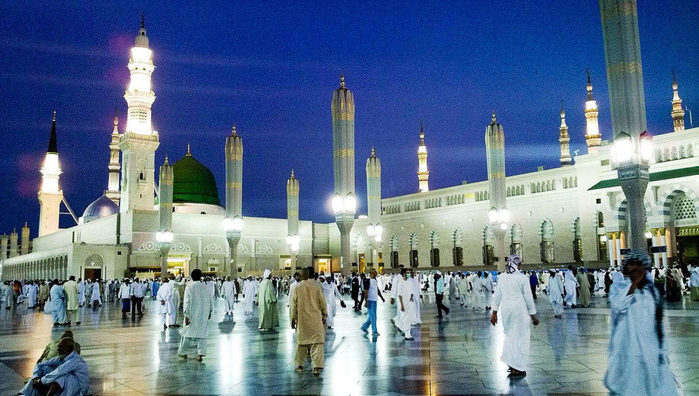 Muzułmanie odwiedzają Meczet Proroka podczas pielgrzymki do Mekki (fot. wiki/Omar Chatriwala)