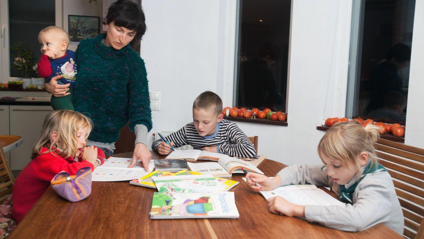 Homeschoolling w Olszewnicy Starej k. Chotomowa. Agnieszka Gessel uczy swoje dzieci. Fot. Robert Gardziński/FORUM