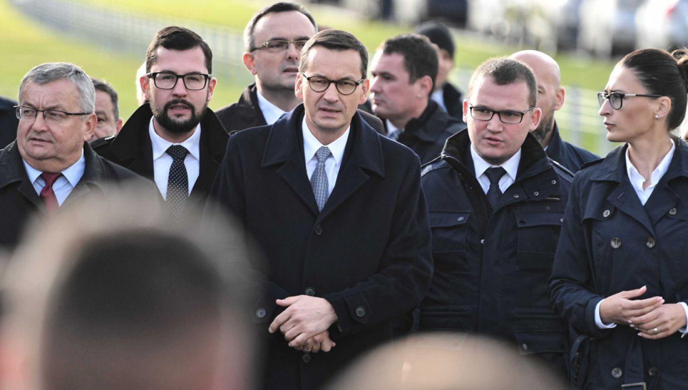 Paweł Szefernaker (drugi z prawej) i premier Mateusz Morawiecki (fot. PAP/Marcin Bielecki)