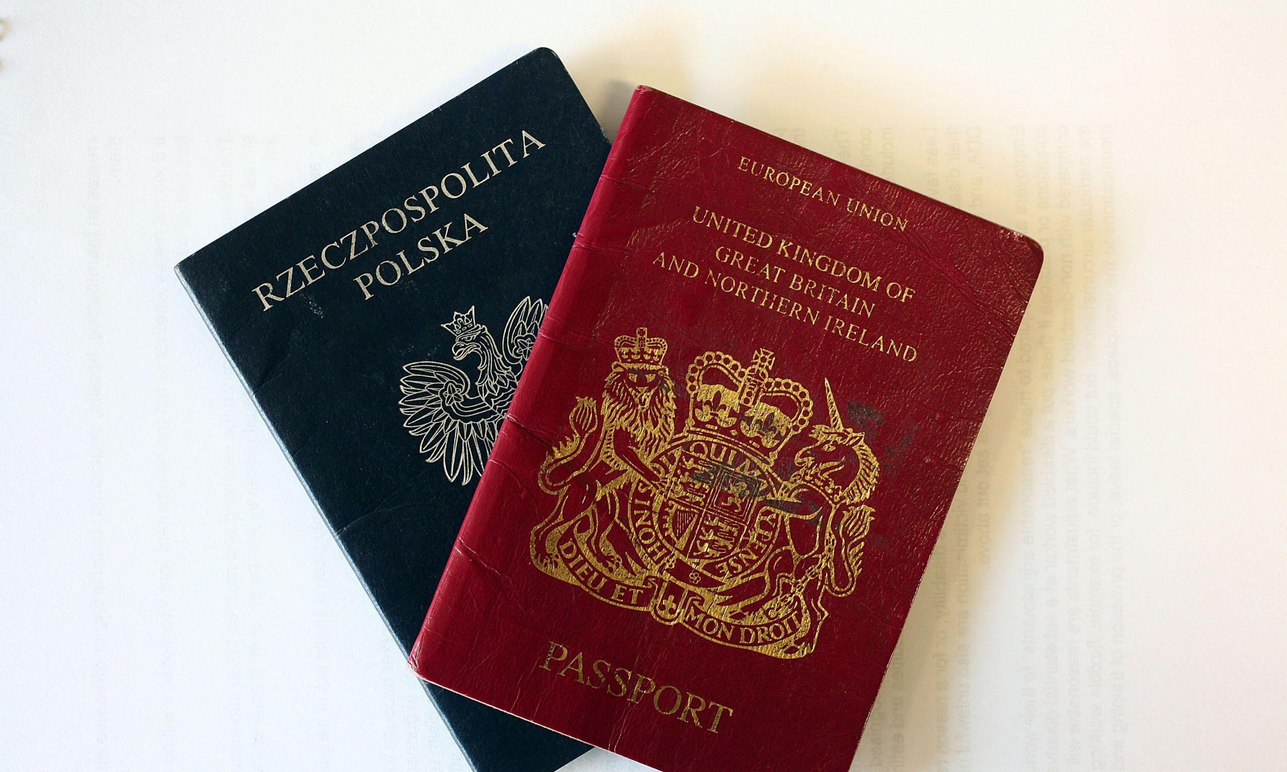 Przedsiębiorczy Polacy postarali się o obywatelstwo angielskie, nie  rezygnując z polskiego – mówi Kulczycki. Zdjęcie paszportów obu państw wykonano w Crewe w Anglii, gdzie żyje duża społeczność Polaków, 1 kwietnia 2008 roku. Tego dnia ówczesny brytyjski premier Gordon Brown odpowiedział na raport komisji House of Lords, odzrucając sugestie, by ograniczyć imigrację.  Przekonywał, że jest ona dobra dla państwa. Fot. Christopher Furlong /Getty Images
