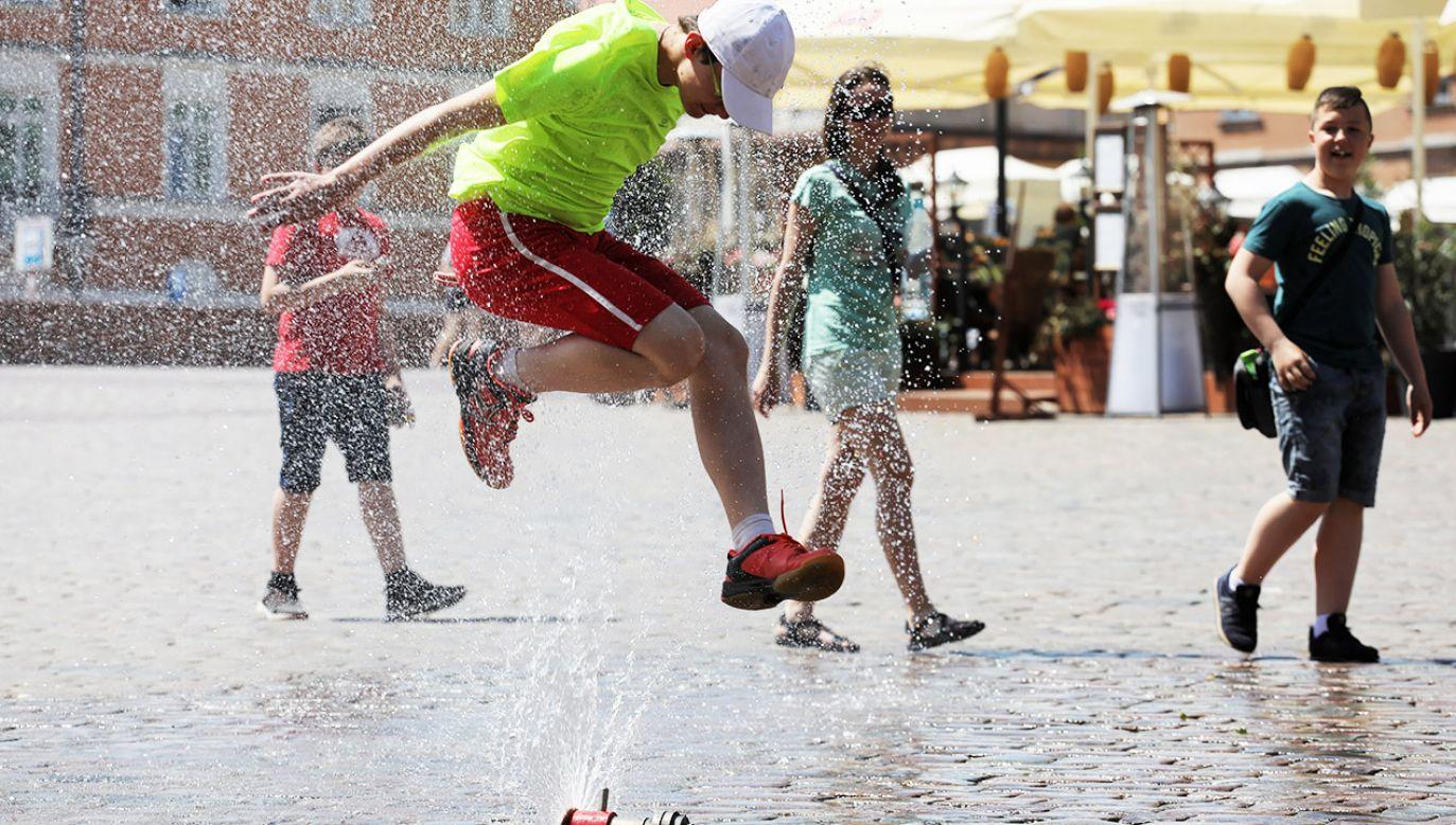Kurtyny wodne ustawiane są systematycznie, kiedy temperatura powietrza w cieniu przekroczy 27 st. C (fot. PAP/Paweł Supernak)