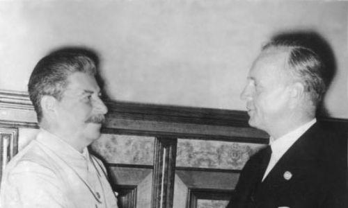 Józef Stalin i Joachim von Ribbentrop, Moskwa 23.08.1939. Fot. Wikimedia/Bundesarchiv, Bild 183-H27337 / CC-BY-SA 3.0