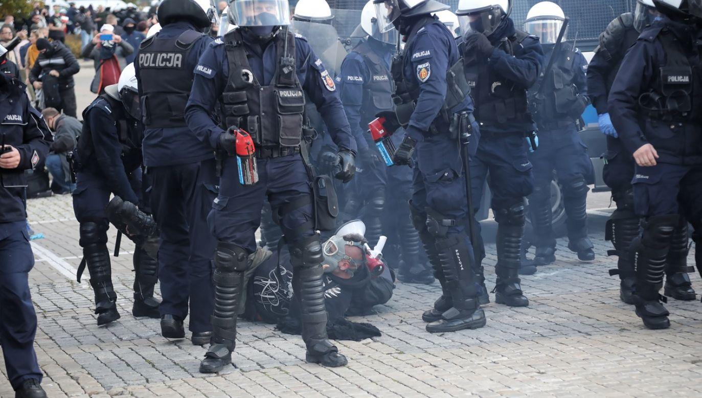 Do zajść doszło również na demonstracji osób negujących pandemię (fot. PAP/Wojciech Olkuśnik)