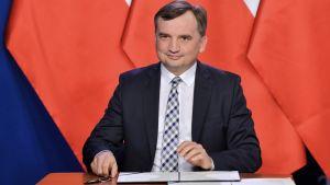 """Zbigniew Ziobro był pytany w programie """"Gość Wiadomości"""" o podpisaną w sobotę nową umowę koalicyjną Zjednoczonej Prawicy(fot. PAP/Radek Pietruszka)"""