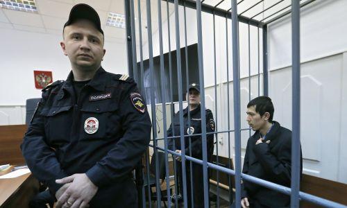 Abror Azimow  przez dwa tygodnie był bity i poddawany elektrowstrząsom. Na zdjęciu: w sądzie rejonowym Basmanny w Moskwie, bierze udział w rozprawie sądowej w sprawie wniosku śledczych o jego aresztowanie. Rosja, 18 kwietnia 2017 r. Fot. PAP/EPA / MAXIM SHIPENKOV