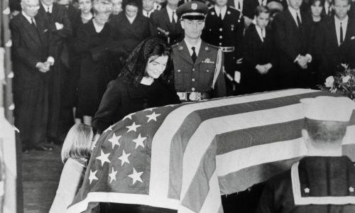 Jacqueline Kennedy i córka Caroline klęczą przy trumnie prezydenta Kennedy'ego na Kapitolu. Fot. Getty Images