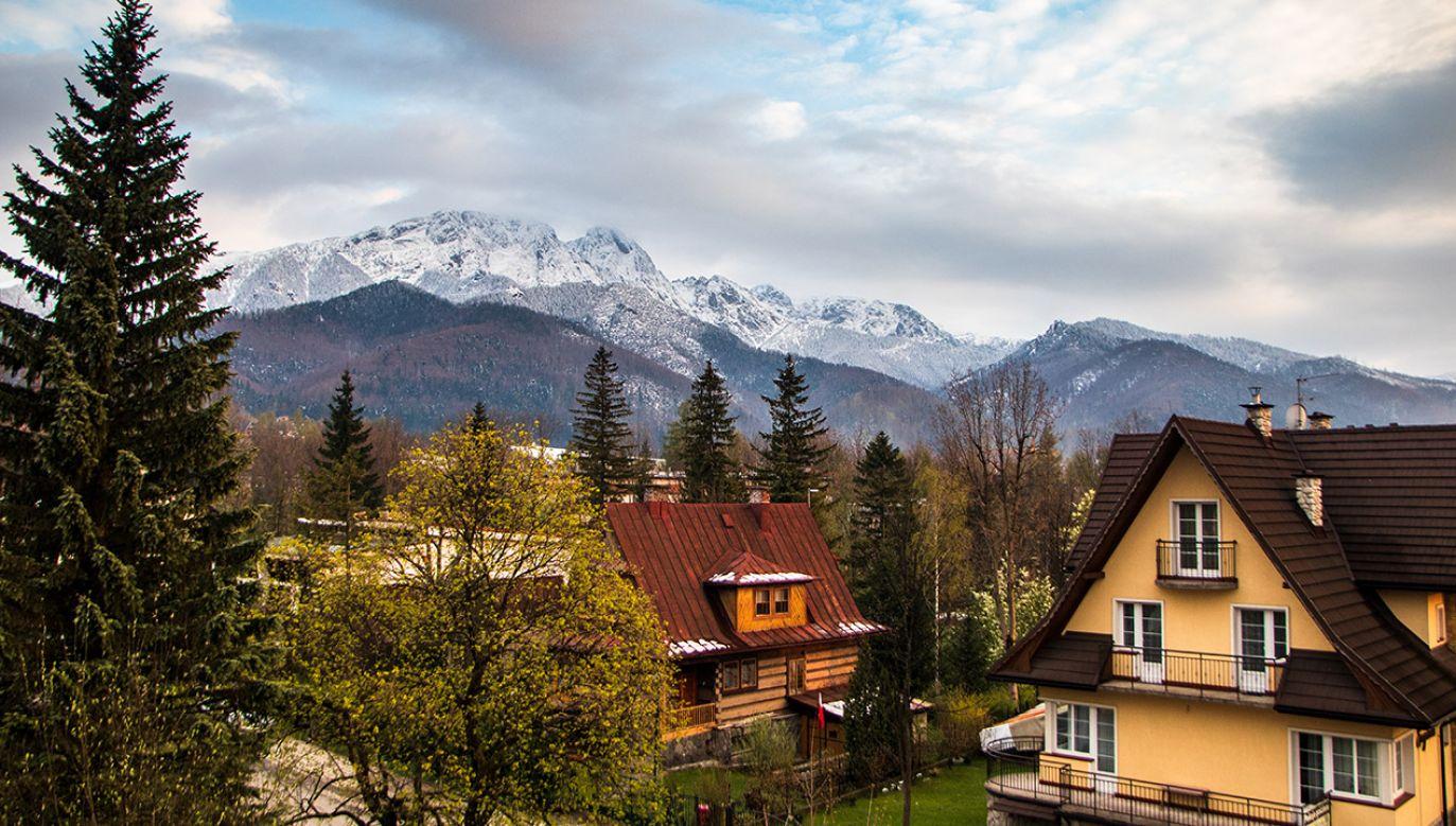 Z Zakopanego można podziwiać m.in. ośnieżony szczyt Giewontu (fot. Shutterstock/DMZ001, zdjęcie ilustracyjne)