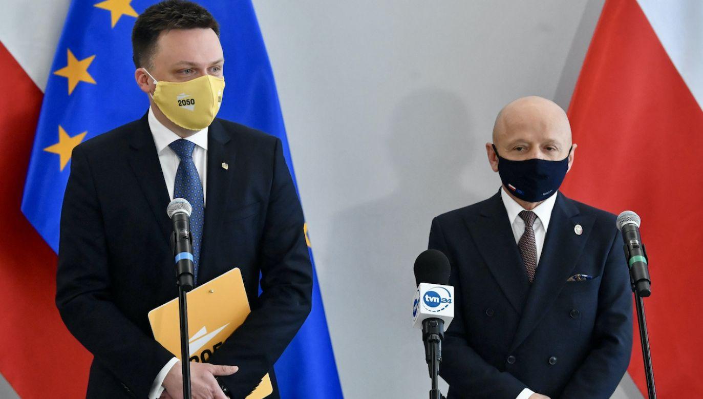 Lider Polski 2050 Szymon Hołownia i senator Jacek Bury podczas konferencji prasowej w Senacie (fot. PAP/R.Pietruszka)