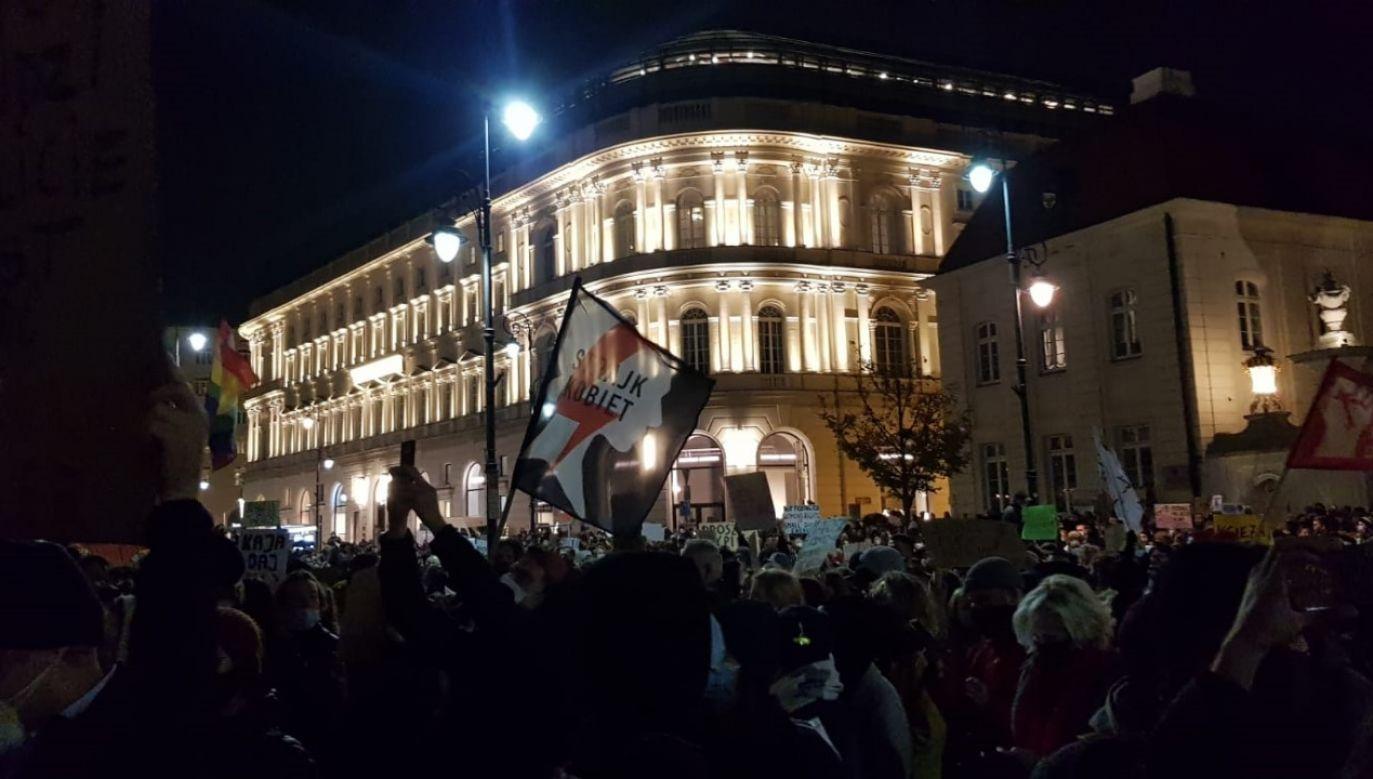 Demonstanci przed PAłacem Prezydenckim w Warszawie (fot. Małgorzata Tracz @GoTracz / Twitter)