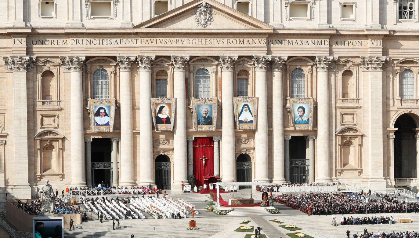 Na Placu Św. Piotra w Watykanie Franciszek kanonizował brytyjskiego konwertytę i cztery kobiety (fot. Reuters/ Remo Casilli)