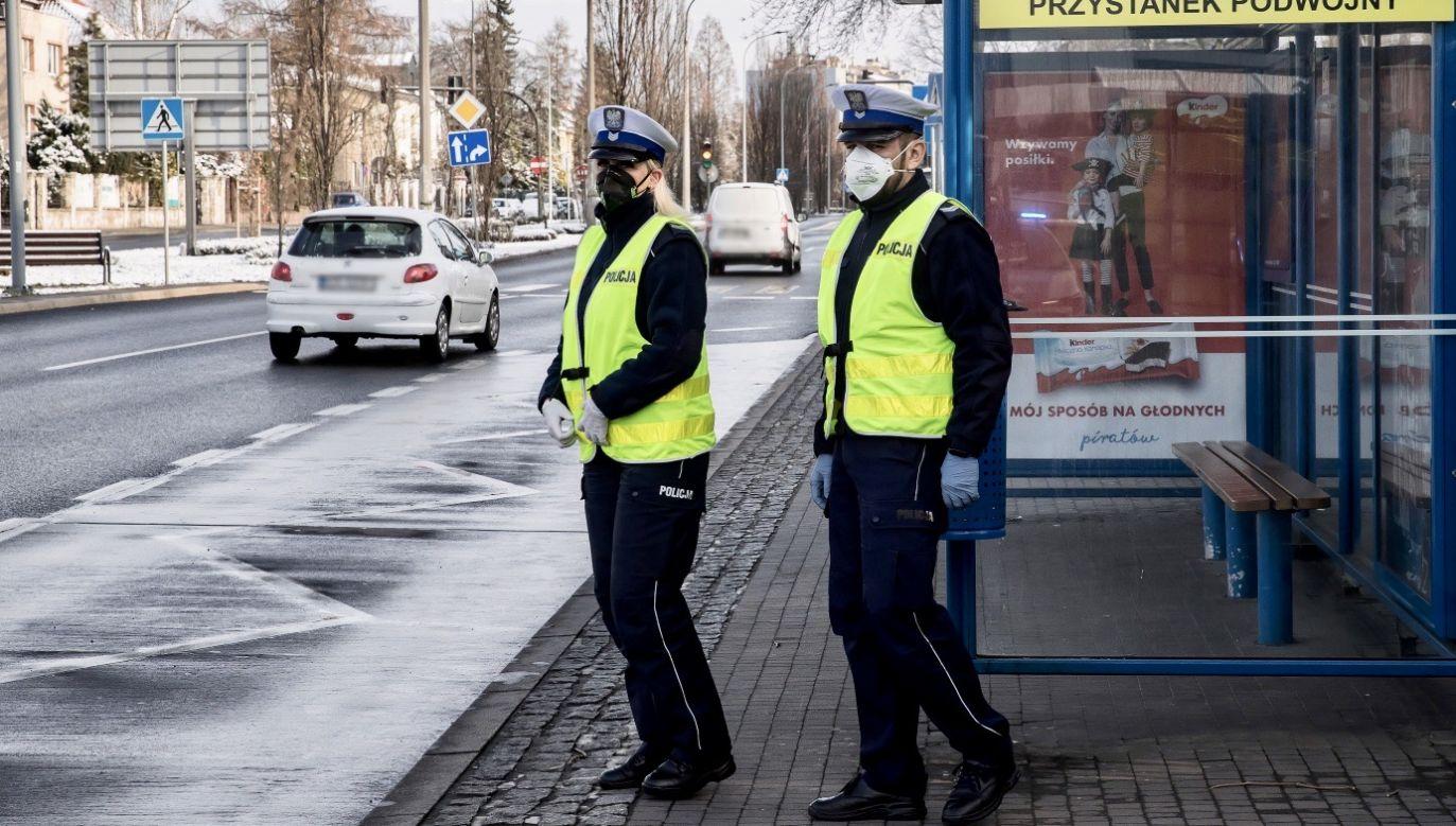Po wcześniejszej kontroli policji kobieta zamówiła taksówkę i pojechała w odwiedziny  (fot. PAP/Łukasz Gągulski, zdjęcie ilustracyjne)