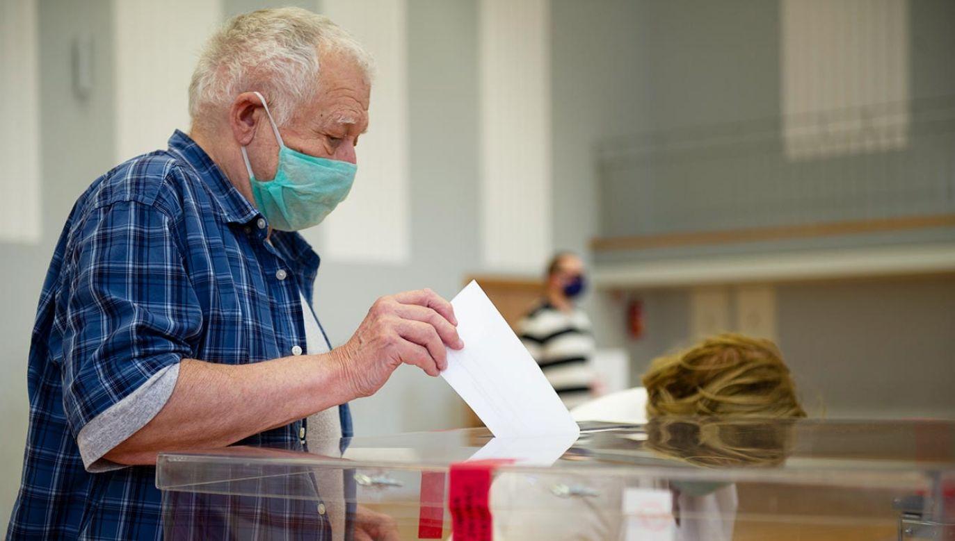 Epidemia ma trend spadkowy, a coraz więcej osób jest już odpornych i bezpiecznych (fot. Aleksander Kalka/NurPhoto via Getty Images)