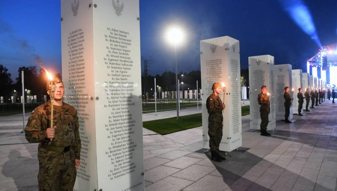 Uroczystość odsłonięcia pamiątkowych tablic z nazwiskami osób, które broniły Żydów w trakcie II wojny światowej w nowo otwartym Parku Pamięci Narodowej