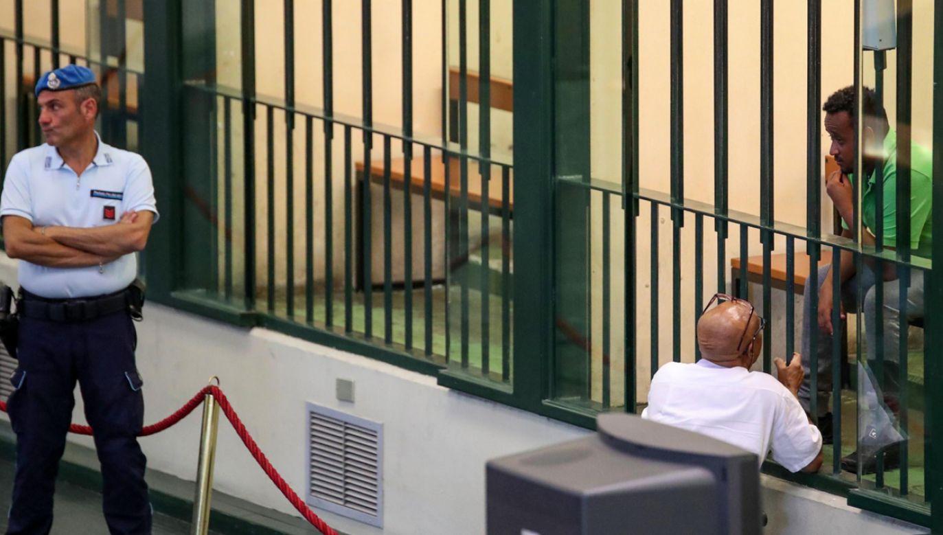 Oskarżony Erytrejczyk Medhanie Yehdego Mered (R), za kratami, podczas procesu 12 lipca 2019 r.(fot. PAP/EPA/IGOR PETYX)