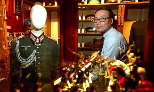 """Chan Hon-ying jest właścicielem """"The Militaria"""" na  Western Market w Hongkongu i przez miesiąc wystawiał w oknie nazistowski mundur, 16 STYCZNIA 2004 R. Fot. Martin Chan / South China Morning Post via Getty Images"""