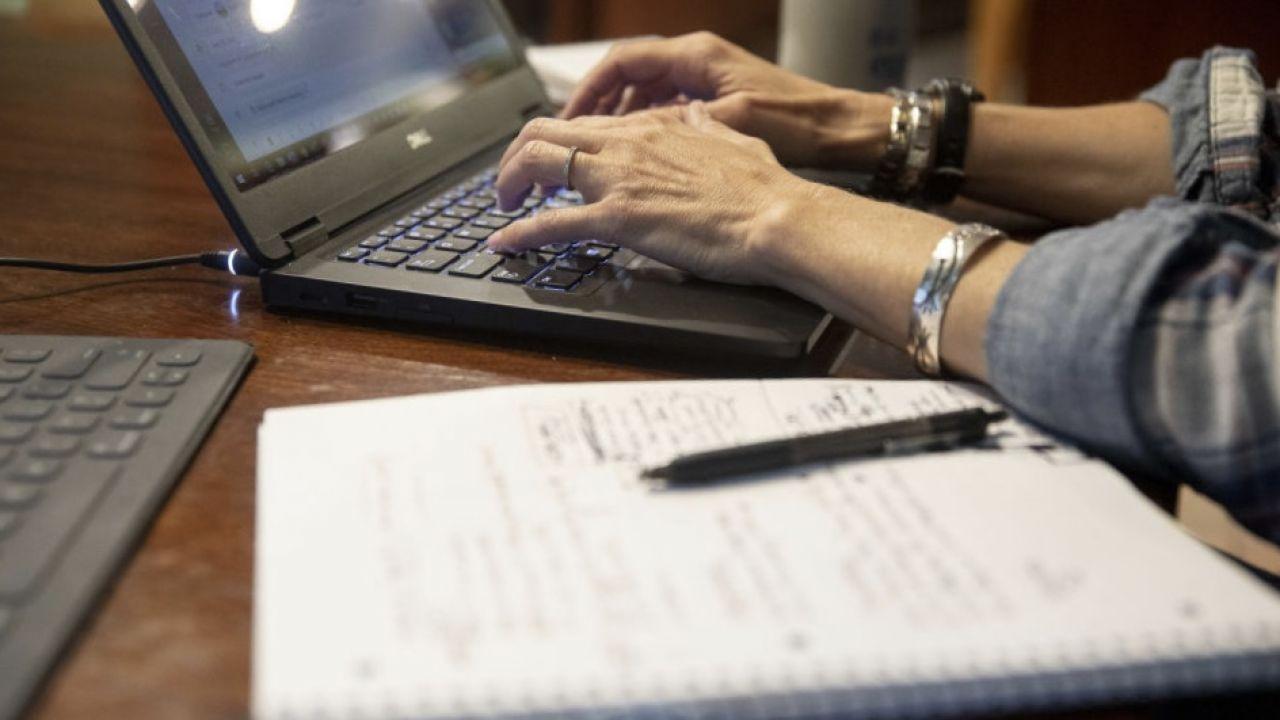 Praca zdalna poza zaletami niesie również zagrożenia (fot. Daniel Acker/Bloomberg via Getty Images, zdjęcie ilustracyjne)