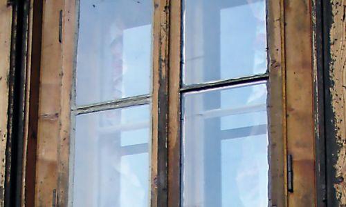 W rodzinnej miejscowości wybudowała sobie drewniany dom dwuizbowy ze spadzistym dachem. Szło się do niego stromą ścieżką. Mieszkała w nim całe lato. Na zdjęciu spotkanie w 2009 roku. Fot. Barbara Paluchowa