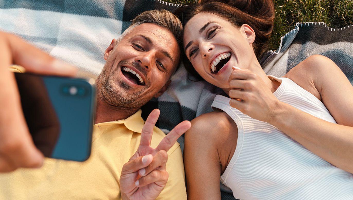 Gdy partner jest optymistą, jego spojrzenie na świat udziela się drugiej połowie (fot. Shutterstock/Dean Drobot)