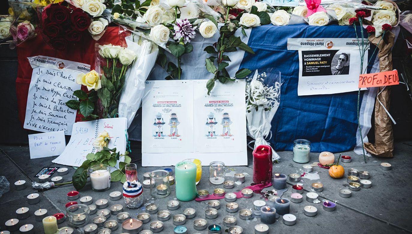 Śmiertelny atak na nauczyciela historii pod Paryżem wywołał ponowne dyskusje ws. regulacji zasad dot. portali społecznościowych (fot. Samuel Boivin/NurPhoto via Getty Images)
