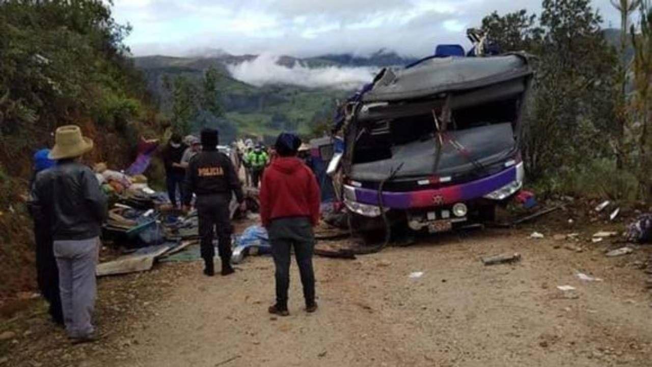 Autobus wpadł w poślizg i dachował informują lokalne media (tot. National Police of Peru)
