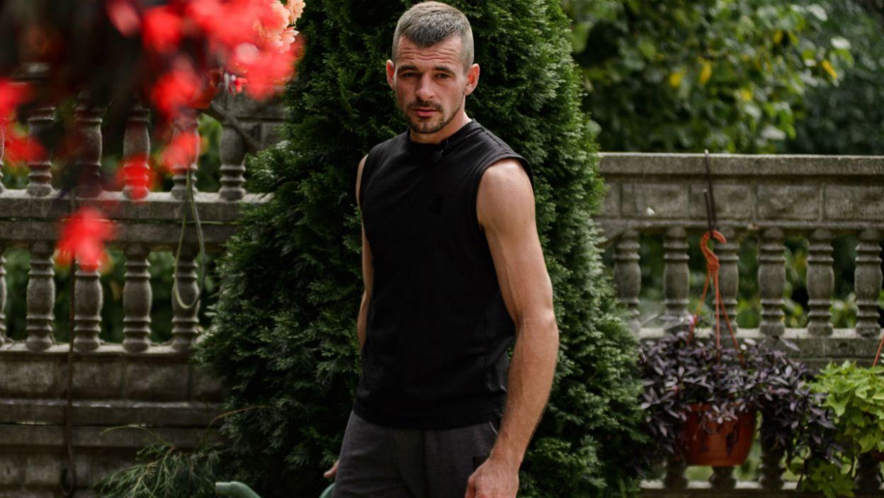 – Wypoczęty, wyspany, zaciekawiony – w takim stanie Adrian oczekiwał na swoje kandydatki (fot. TVP)