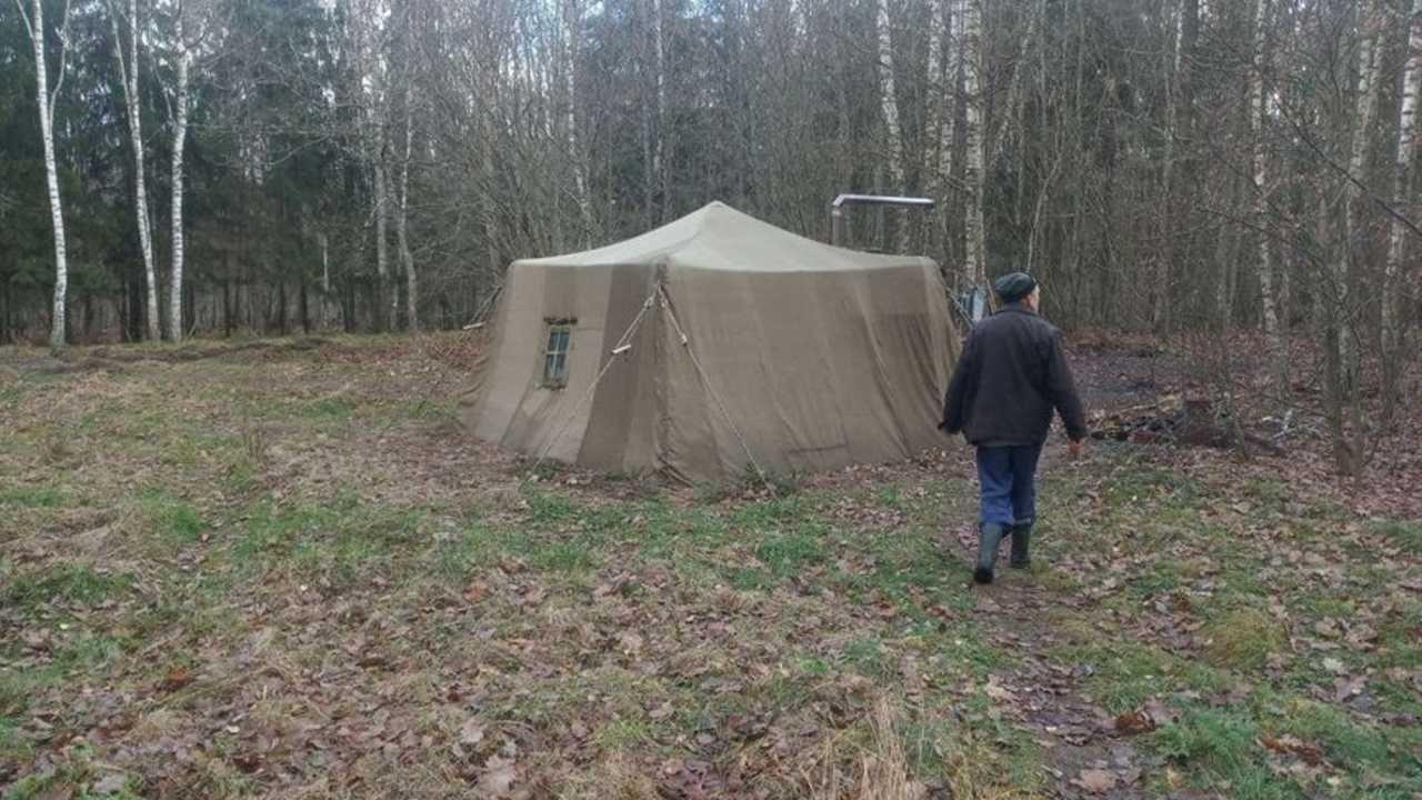 Rodzina zamieszkała w wojskowym namiocie (fot. Białoruskie MSW)