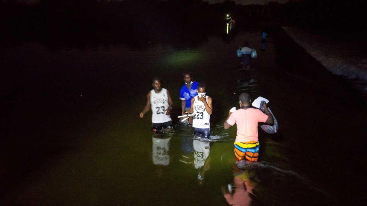 Migranci kąpią się i piorą w rzece odzież – relacjonują świadkowie (fot. PAP/EPA/Miguel Sierra)