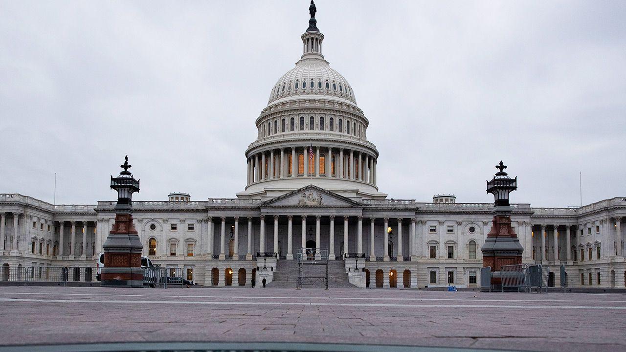 Wokół Kapitolu w USA wzmocniono ochronę (fot. PAP/EPA/MICHAEL REYNOLDS)